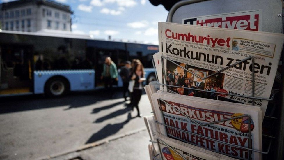 Turkish newspapers are displayed at a newsstand in Istanbul (02 November 2015)