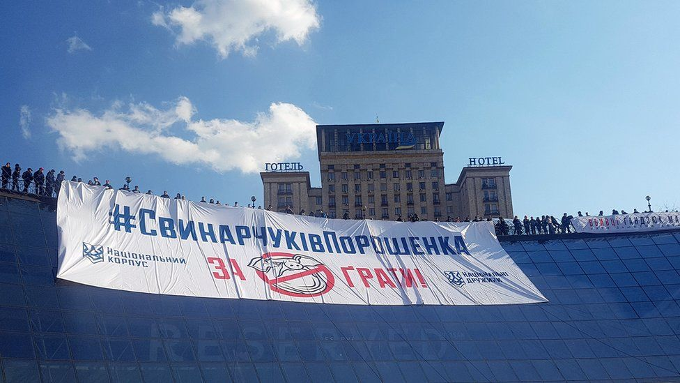 Anti-corruption slogan draped above Independence Square, Kyiv