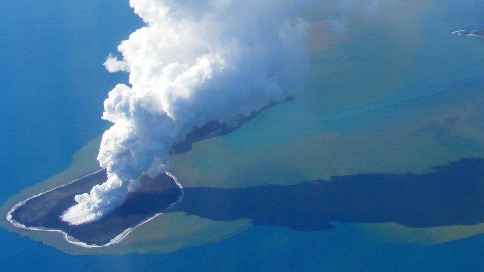 Tonga'da denizaltı yanardağı patladı, bir ada battı, üç kat daha büyük bir ada doğdu