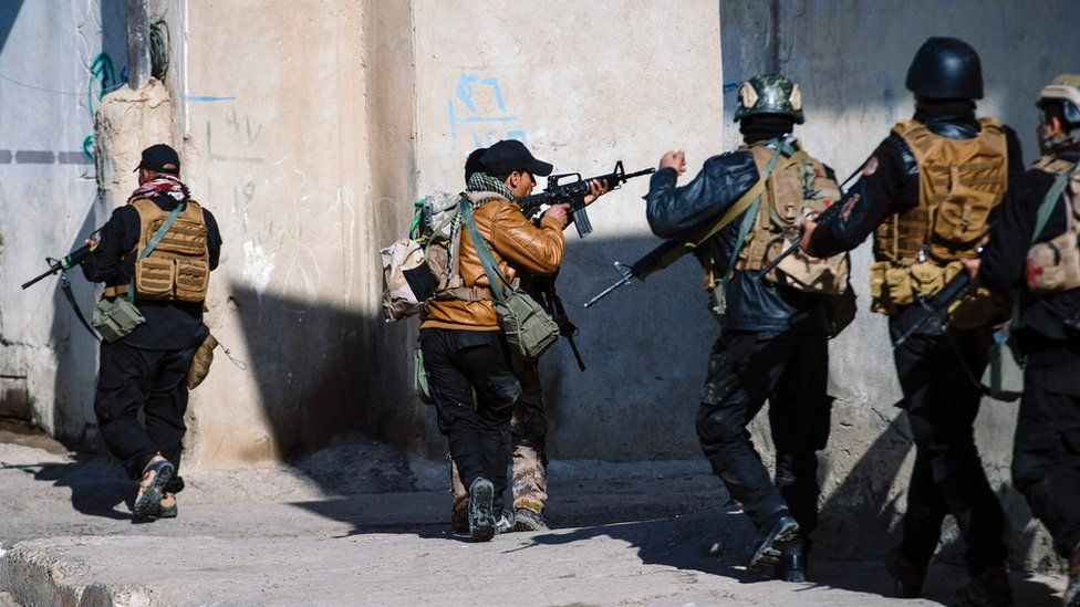 """Members of the Iraqi special forces Counter Terrorism Service (CTS) look for Islamic State (IS) group fighters in Mosul""""s al-Jazair neighbourhood on January 17, 2017"""