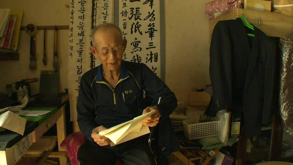 Lee Taek-gu with a letter (October 2015)