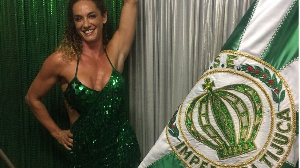 Samantha Mortner poses with the Imperio da Tijuca flag