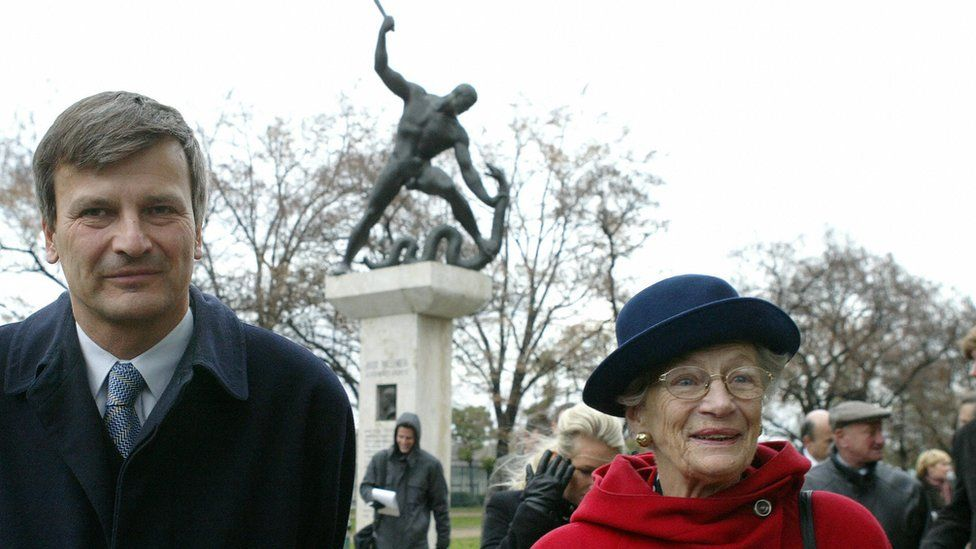 Nina Lagergren walks with Lord-Mayor of Budapest Gabor Demszky near Wallenberg memorial in Budapest, Nov 2003