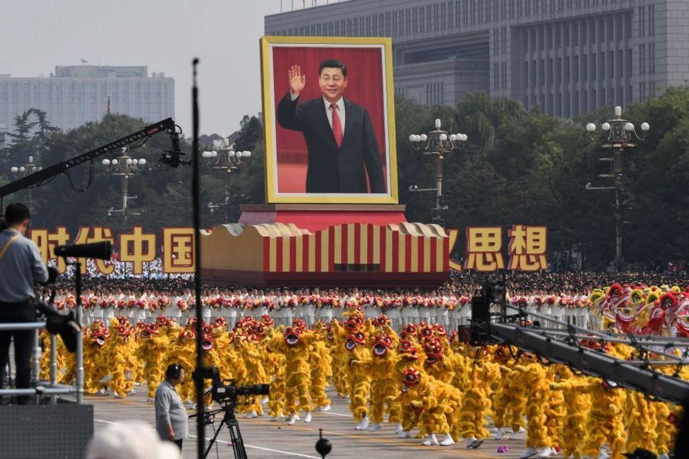 Портрет Сі Цзіньпінь на параді до 70-ччя КНР