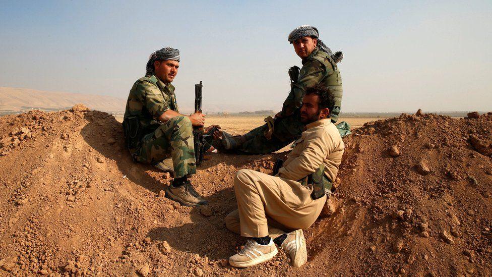 Kurdish Peshmerga fighters outside Fadiliya village, north of Mosul (27 October 2016)