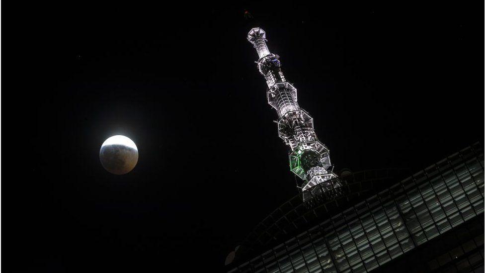 Луна над зданием Всемирного торгового центра в Нью-Йорке