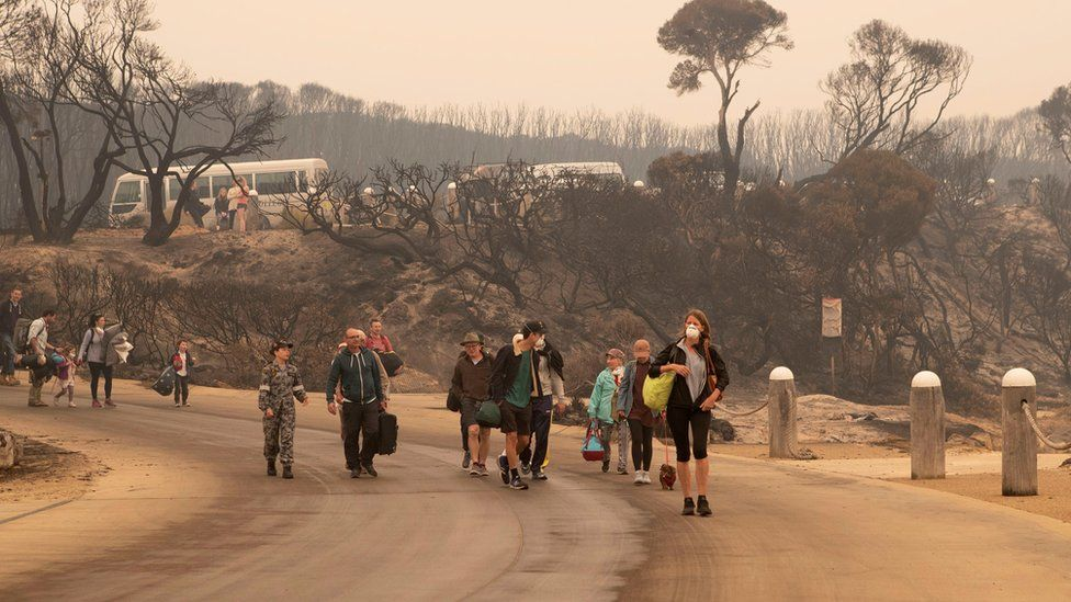 People evacuate from Mallacoota, Australia during bushfires (3 Jan 2020)