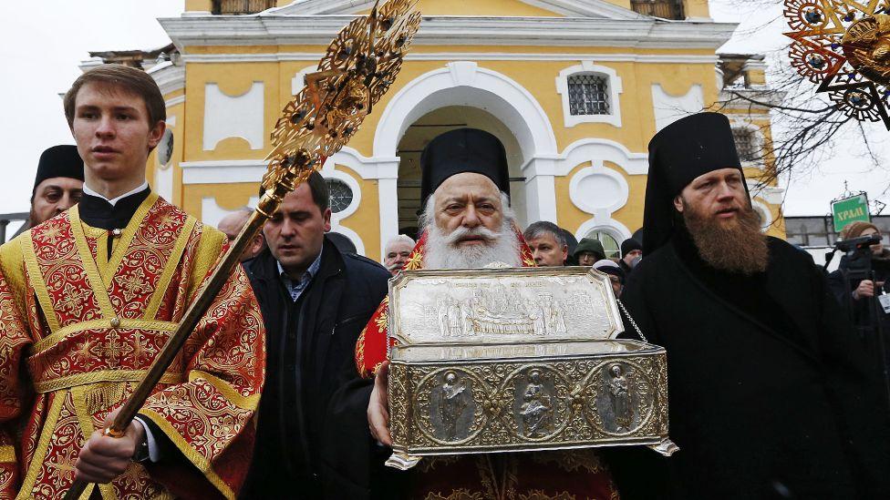 Митрополит Верийский Пантелеимон (на фото - в центре)