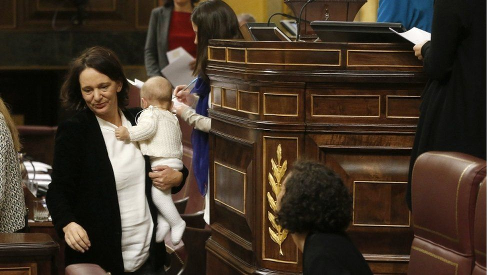 Carolina Bescansa (L) after voting to choose a new Speaker for the Lower House as she holds her baby during the formation session of the chamber in Madrid, Spain, 13 January