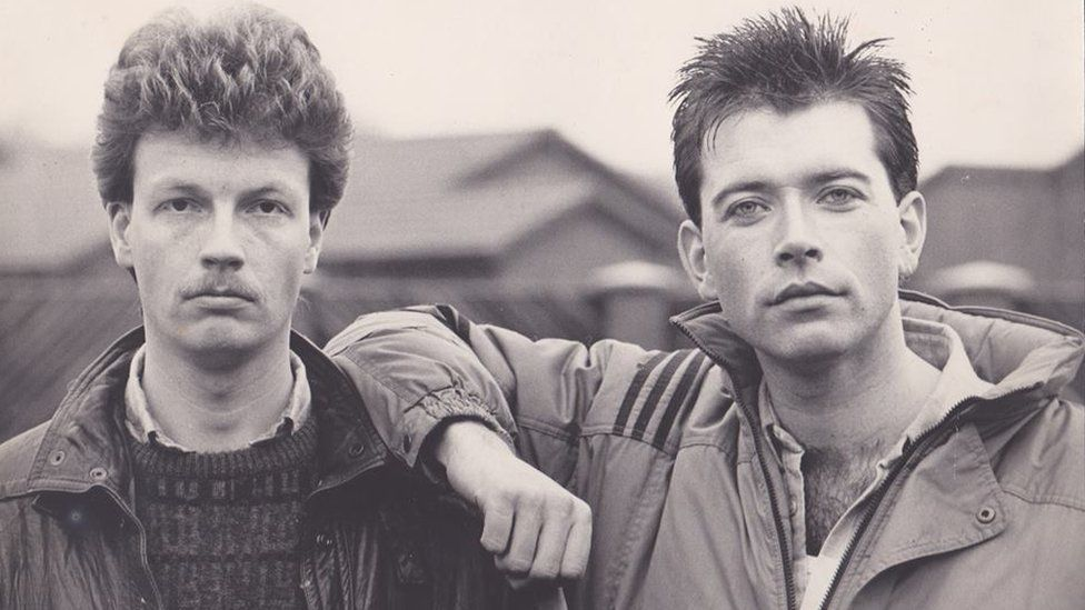 Yr actor Stifyn Parri (dde) yn ei ddyddiau ar y gyfres sebon 'Brookside' fel y cymeriad Christopher Duncan // Remember 'Brookside' and Welsh actor Stifyn Parri who played Christopher Duncan between 1986 and 1988?