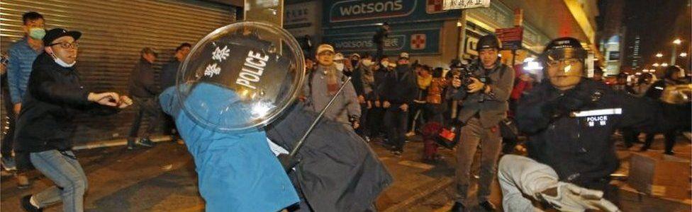 Police and public scuffle in Mong Kok, Hong Kong (9 Feb 2016)
