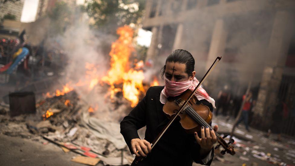 Violinista en protesta en Chile