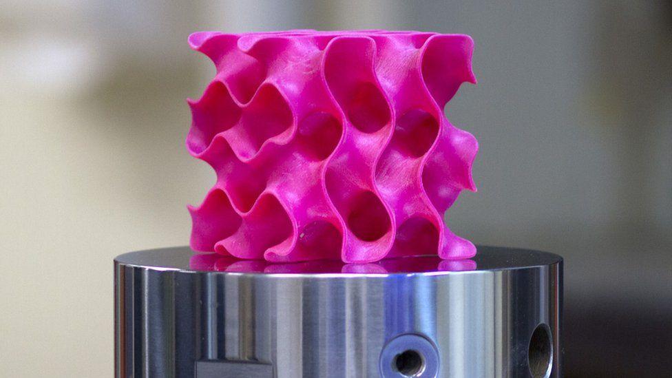 El extraño objeto con forma de esponja que es 10 veces más fuerte que el acero (pero mucho más ligero)