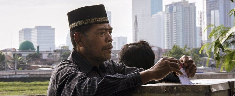 An Indonesian man votes in Jakarta, Indonesia (15 Feb 2017)
