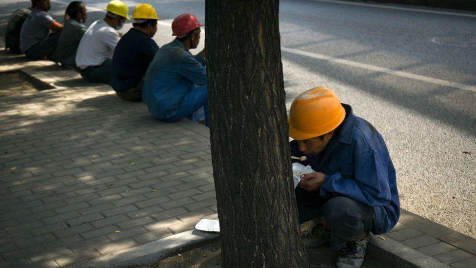 在观察人士看来,最近几年,中国的经济不像以前那么乐观,一些私企和外企降低成本时会侵害工人的权益,为维权提供了群众基础