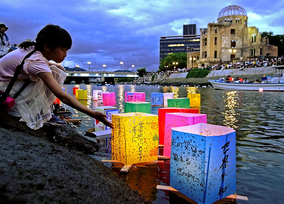 Lyktor flyter på en flod i Hiroshima
