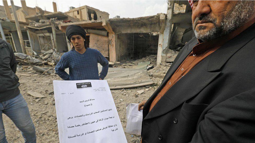 Hajin's mayor shows an IS document
