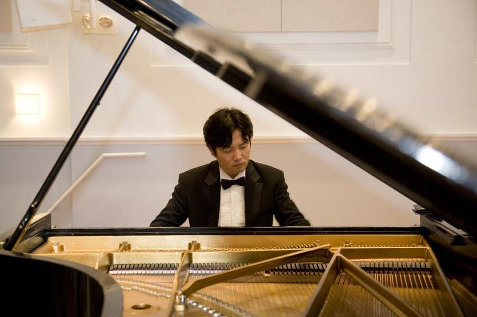 Kim Cheol-woong playing a piano