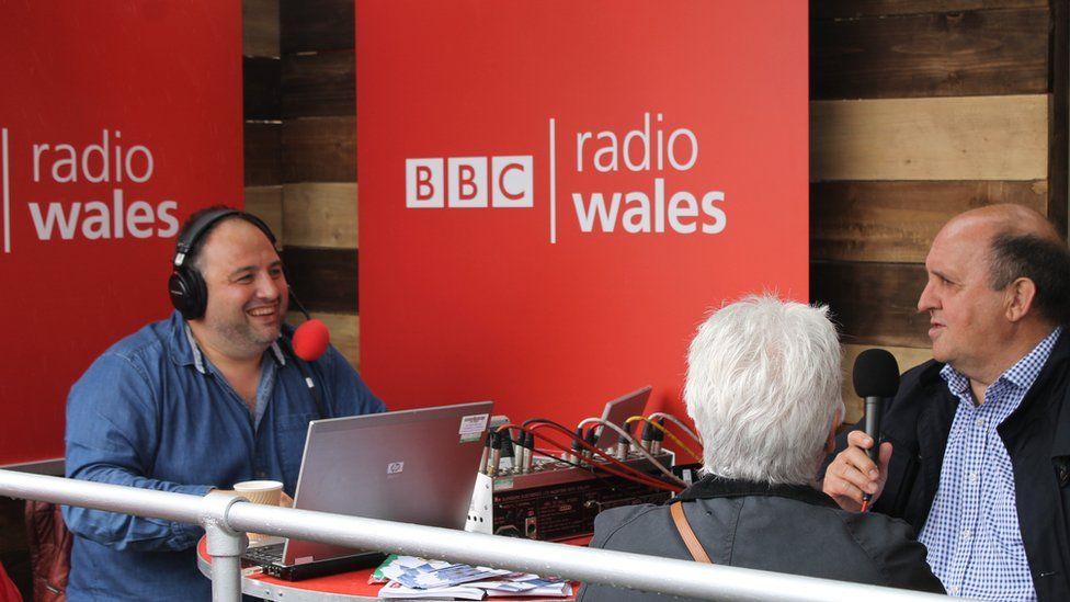 Wynne ei fyd // Wynne Evans and guests broadcasting live on Radio Wales