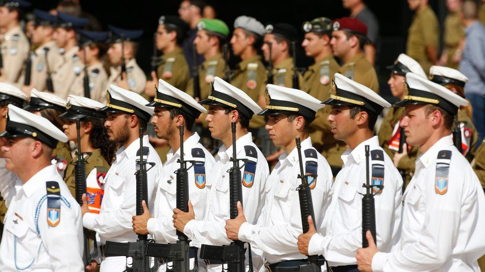 An honour guard during a farewell ceremony for Moshe Yaalon at the Kirya base in Tel Aviv, Israel (22 May 2016)