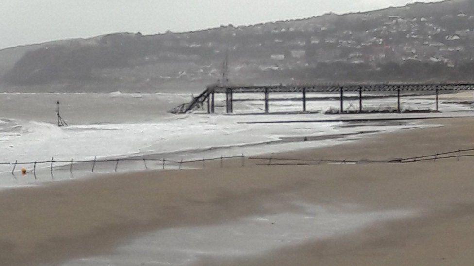 Rhan arall o bier bae Colwyn wedi diflannu dan y tonnau // Another section of Colwyn Bay pier falls into the sea