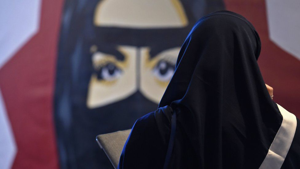 A Saudi woman looks at a painting during a forum in Riyadh, 15 November 2017 (file photo)