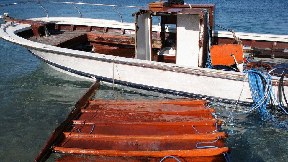 Migrant boat in port at Samos (28 Jan)