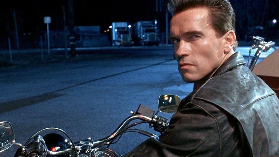 Arnie: Does bosib' na fyddai ei acen Gymraeg o yn waeth na'i acen Saesneg o!