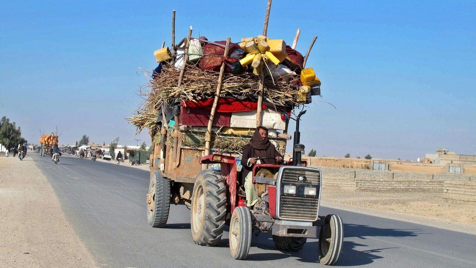 Afghans flee ongoing fighting between government and Taliban fighters in Helmand province, Afghanistan (22 December 2015)