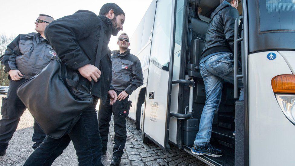 Refugees board a bus near Regenstauf, Germany (14 Jan. 2016)