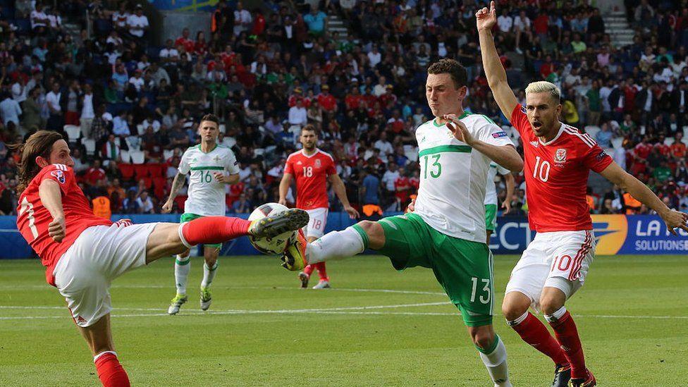 Joe Allen ac Aaron Ramsey yn chwarae dros Gymru yn erbyn Gogledd Iwerddon yn Euro 2016