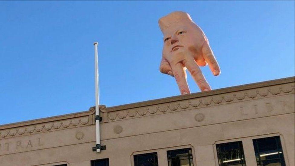 A estátua 'pesadelo' que paira sobre cidade da Nova Zelândia e divide moradores