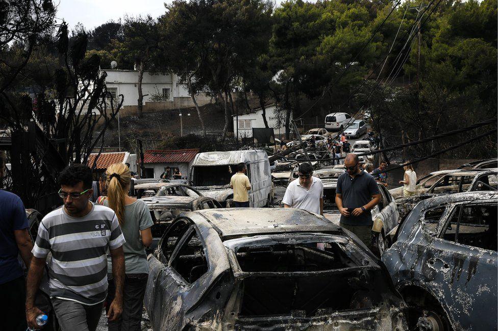 Autos quemados después del paso de un incendio descontrolado en la aldea de Mati, cerca de Atenas, Grecia, el 24 de julio de 2018