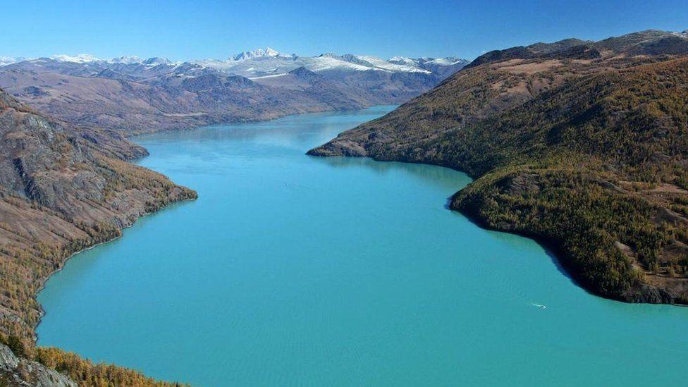 Hồ Kanas là ở tỉnh Tân Cương của Trung Quốc, gần biên giới Kazakhstan, Nga và Mông Cổ