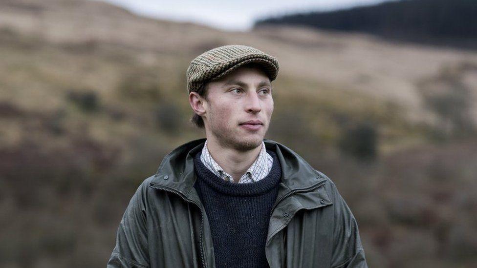Sam Robinson ar ucheldir Cymru