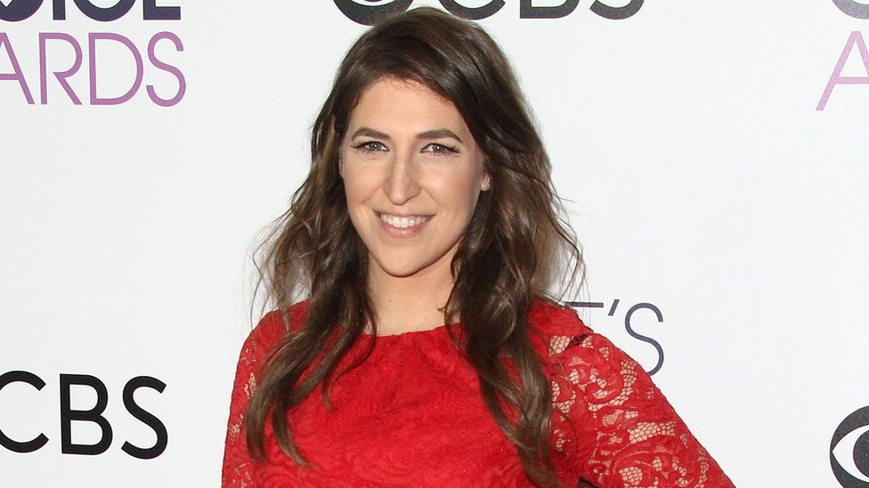 """Actress Mayim Bialik poses in the press room at the People""""s Choice Awards 2017 at Microsoft Theatre in Los Angeles, California, on January 18, 2017"""