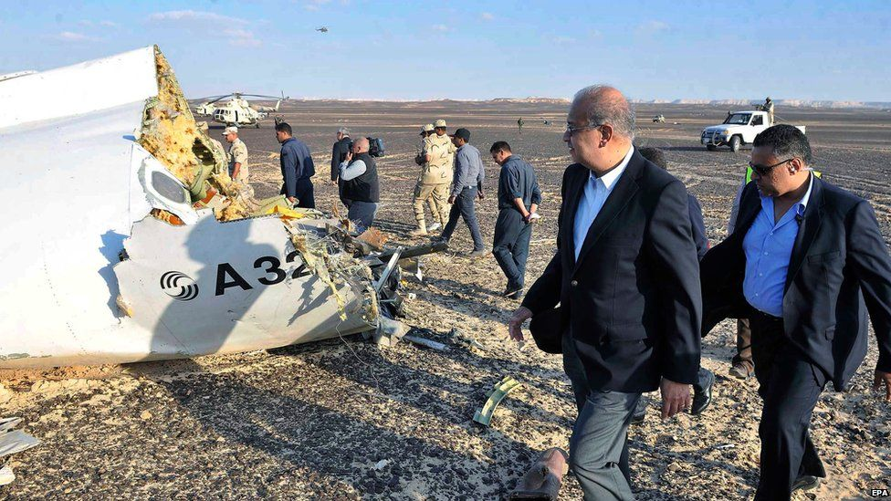Egyptian Prime Minister Sherif Ismail (foreground) visits Sinai crash site, 31 October 2015