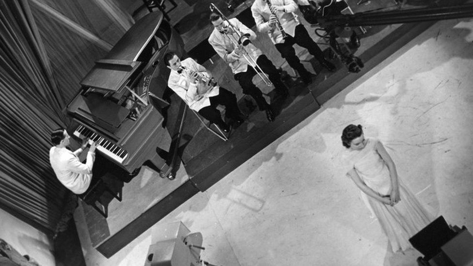 Lynn broadcasting with Ambrose and his Orchestra in 1938