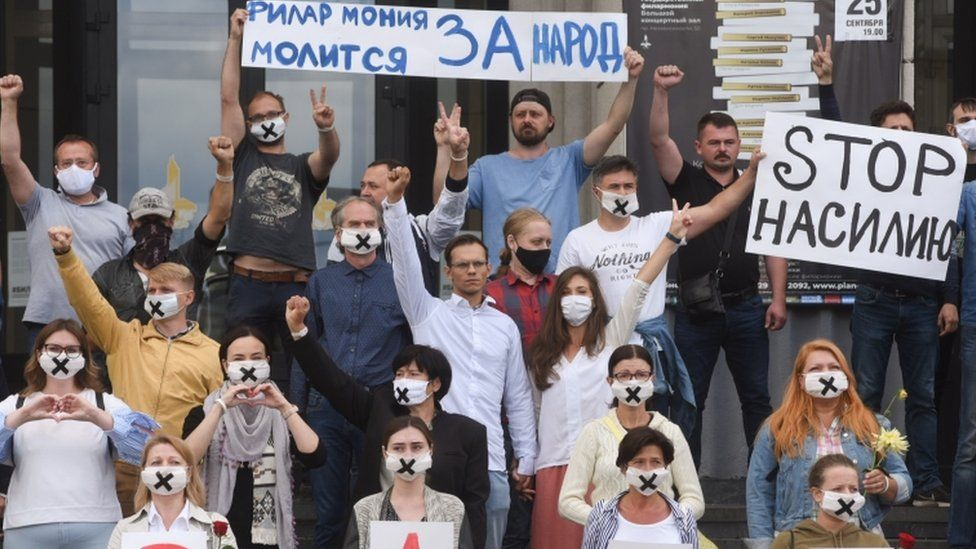 """Performers from the Belarusian State Philharmonic held up a message saying """"Philharmonia prays for the people""""."""