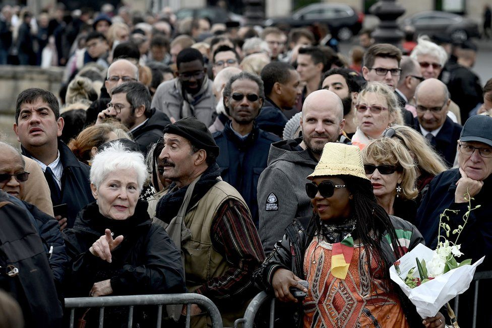 People wait to attend a public ceremony in homage to former French President Jacques Chirac on 29 September 2019.