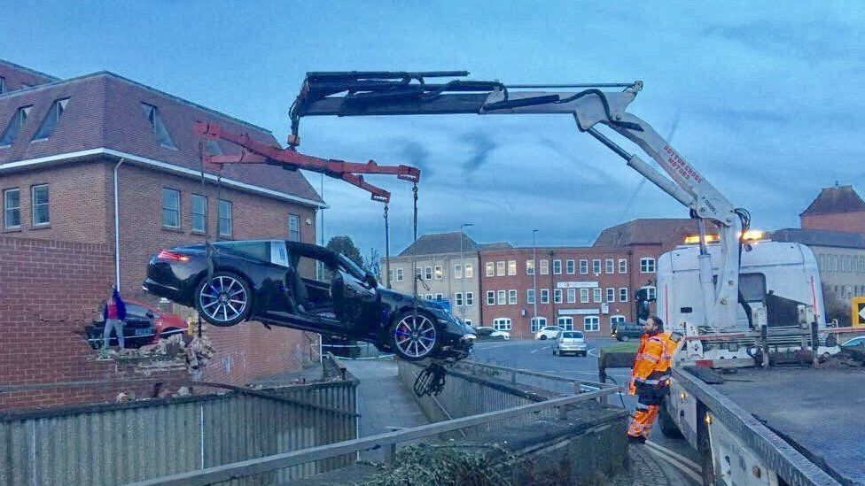 The Porsche 911 being recovered