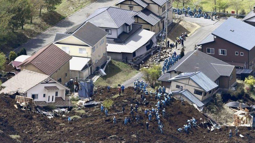 Rescuers continue a search operation in Minamiaso, Kumamoto prefecture (17 April 2016)