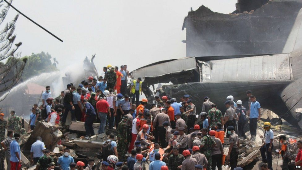 Indonesian rescue personnel work at the scene of the crash (30 June 2015)