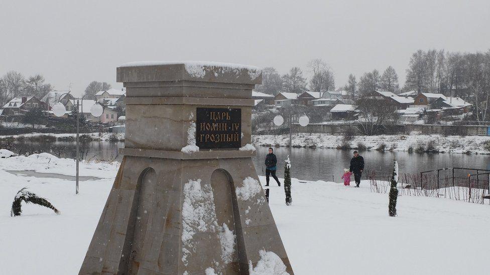 Постамент в центре Александрова