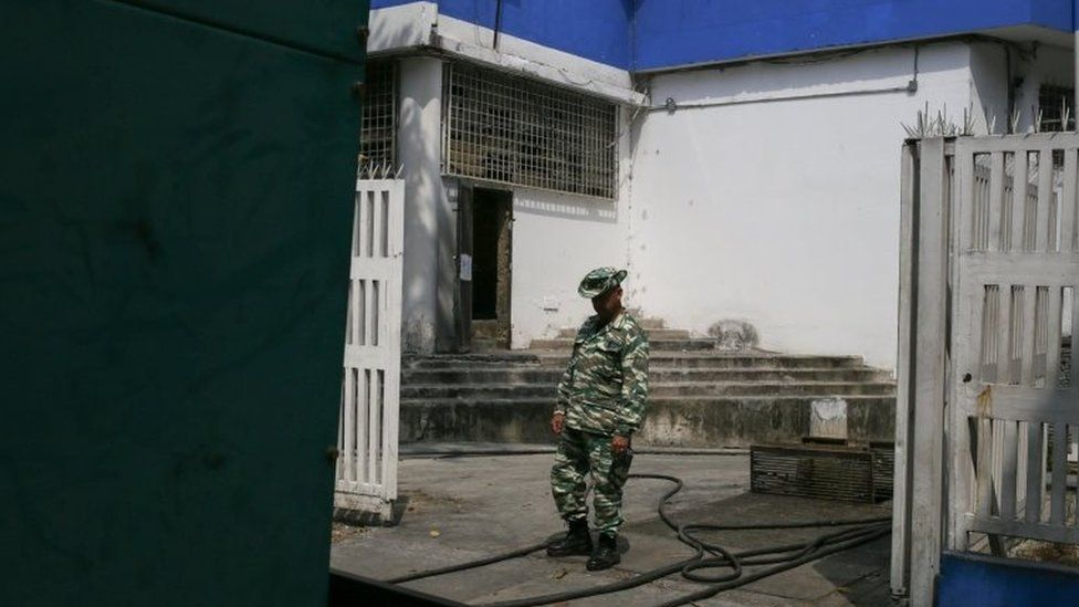 A militia member guards power lines from a generator serving the Children's Hospital JM de Los Rios in Caracas on March 8, 2019 during the worst power outage in Venezuela's history. - Venezuela was plunged into darkness on Thursday after a massive electricity blackout paralyzed almost the entire country