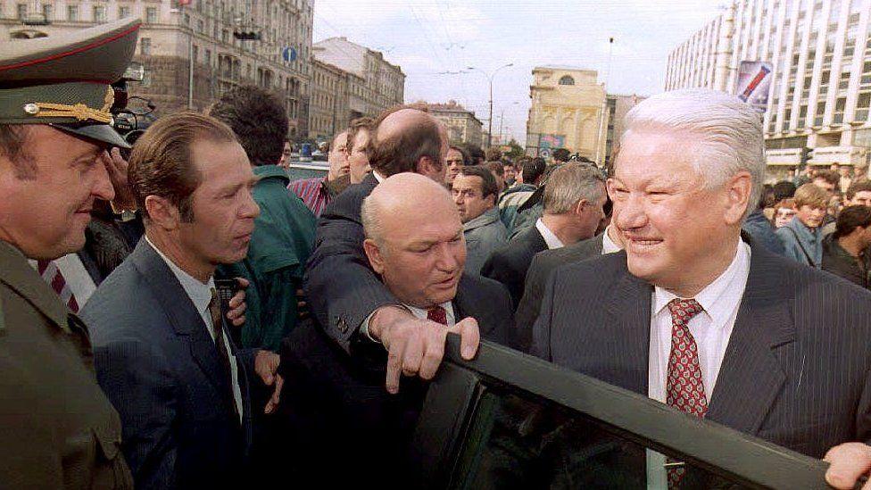 Грачев, Ерин, Лужков, Ельцин в толпе людей