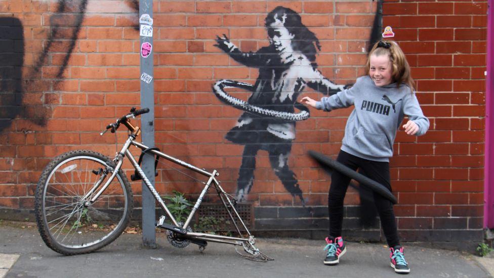 Genealogía preposición mezcla  Nottingham's Banksy artwork: 'We needed something like this' - BBC News