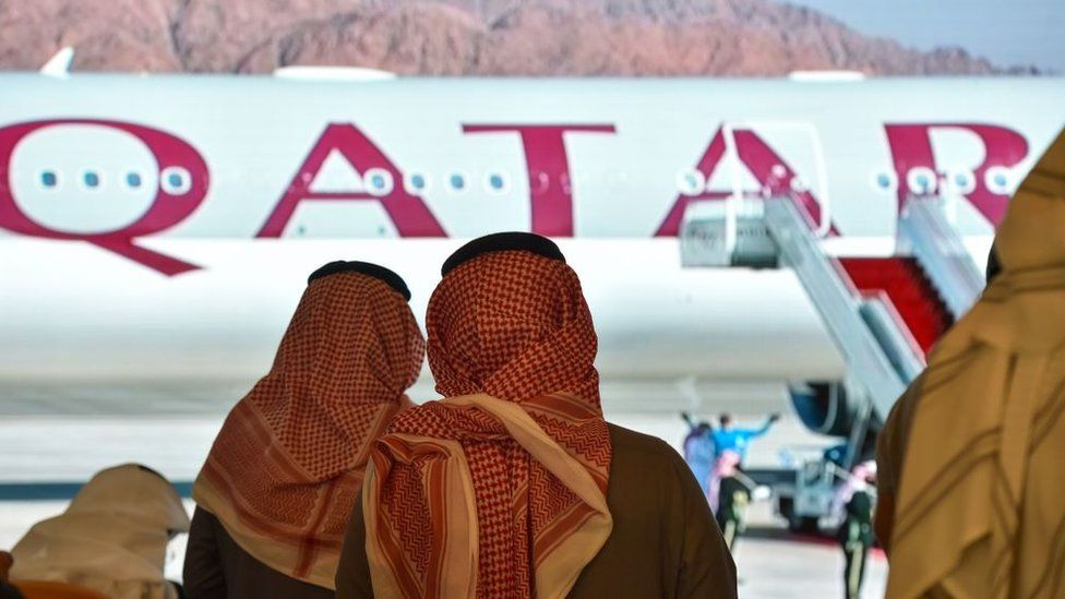 Journalists watch the arrival of Qatar's envoy ahead of the 41st Gulf Cooperation Council (GCC) summit in the Saudi city of al-Ula (5 January 2021)