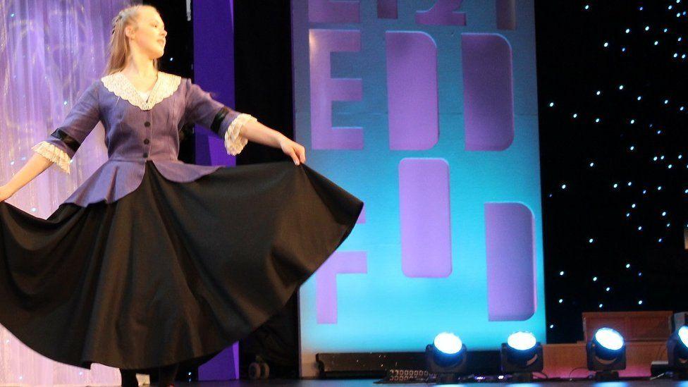 Cystadlu yn y ddawns stepio // Stepping out in style in the clog dancing competition