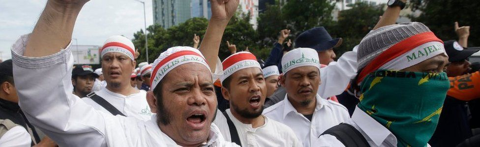 Anti-Ahok protesters outside court, Jakarta, Indonesia, 13 December 2016